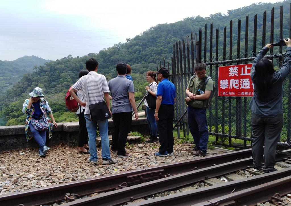 文資委員在台鐵代表的陪同下,親自走到橋面旁,並聆聽學會人員說明